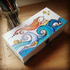 #cajas #madera #ilustracion #cosas de #casa  #www.caperucitazul.com Painted Wooden Boxes, Painted Jewelry Boxes, Hand Painted Pottery, Pottery Painting, Wood Crafts, Diy And Crafts, Arts And Crafts, Painting For Kids, Painting On Wood