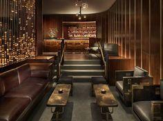 wood and brass wall panelling // diseño interior: paneles en muro de madera y bronce
