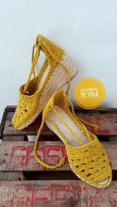 alpargatas crochet #hechoamano envios a toda España Crochet Slipper Boots, Crochet Shoes, Crochet Slippers, Knit Fashion, Retro Fashion, Bare Foot Sandals, Knitted Bags, Barefoot, Lana