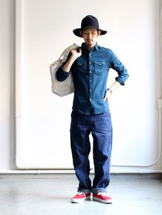 Curly streets of tokyo урбан Mens Fashion Sweaters, Denim Fashion, Loose Pants Outfit, Fall Blazer, Style Masculin, Masculine Style, Japanese Outfits, Japan Fashion, Gentleman Style