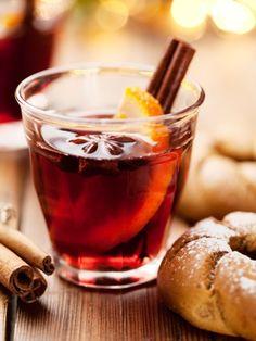 Es duftet so herrlich - nach einer Prise Zimt und einem Hauch Vanille! Ob rot oder weiß, mit Äpfeln und ohne Alkohol - vier wohlig warme Glühwein Rezepte.
