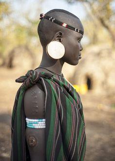 femme-tribu-mursi Le photographe et globe-trotteur Ole Johan Moe ayant choisi d'explorer l'Éthiopie en Afrique de l'Est est allé à la rencontre des Mursi au bord de la rivière de l'Omo. Passionné depuis l'enfance par les peuples indigènes et les cultures du bout du monde, l'auteur a visité une centaine de pays en passant par les régions les plus isolées de la Terre, toujours muni de son appareil photo.