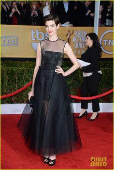 Anne Hathaway de Giambattista Valli. #SAG Awards 2013