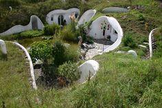 """geen earthship, wel mooi :  De Zwitserse architect Peter Vetsch bouwt """"aarden huizen"""" die zich gedeeltelijk onder de grond bevinden"""
