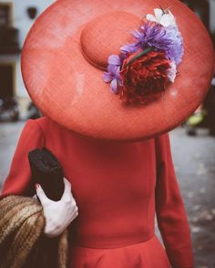 Get rid of that huge flower and we're good to go. Mode Orange, Fascinator Hats, Fascinators, Headpieces, Wide Brimmed Hats, Races Fashion, Wearing A Hat, Wide-brim Hat, Red Hats
