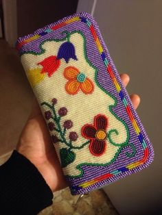 Native American coin purse beaded by ? Native American coin purse beaded by ? Powwow Beadwork, Indian Beadwork, Native Beadwork, Native American Beadwork, Beaded Purses, Beaded Bags, Beaded Clutch, Loom Patterns, Beading Patterns
