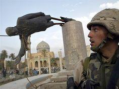 Estátua de Saddam Hussein é derrubada em Bagdá (© Goran Tomasevic/Reuters)