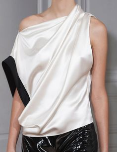 View all the detailed photos of the Bouchra Jarrar haute couture spring 2015 showing at Paris fashion week. Minimal Fashion, White Fashion, Love Fashion, Fashion Trends, Blouse Styles, Blouse Designs, Blouse Sexy, Bouchra Jarrar, Camisa Formal