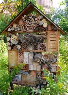 Was ist ein Insektenhotel? Ein Insektenhotel ist ein mit Naturmaterialien gefüllter Kasten zum Aufhängen oder Aufstellen, in dem viele für den Garten nützl