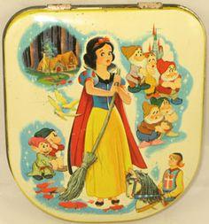"Antique ""Snow White and the Seven Dwarfs"" Tin biscuit container. Vintage Tins, Vintage Labels, Snow White Characters, Tin Containers, Tin Toys, Illustrations, Vintage Disney, Disney Cartoons, Walt Disney"