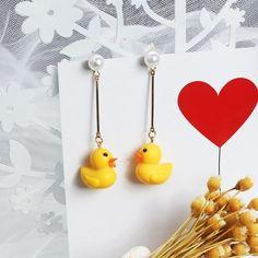 Hand Jewelry, Jewelry Gifts, Beaded Jewelry, Handmade Jewelry, Diy Jewellery, Resin Jewelry, Jewelry Ideas, Initial Earrings, Pendant Earrings