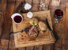Steak mit Rotweinsoße und Gewürzen Butcher Block Cutting Board, Bon Appetit, Steak, Bbq, Spices, Kitchen, Food, Teller, Chili