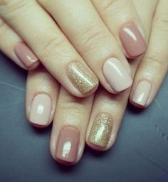 Low nail : la manucure multicolore avec ongle pailleté. Nailwear. Multiple color nails. Nude and gold nails.