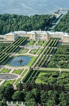 Peterhof Palace in Saint Petersburg, Russia Beautiful Castles, Beautiful Gardens, Beautiful Places, Amazing Architecture, Landscape Architecture, India Architecture, Gothic Architecture, Ancient Architecture, Peterhof Palace