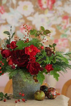 Centro de flores rojas de estilo silvestre :: Red rose bouquet from the garden for Christmas