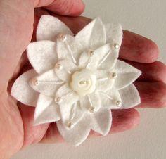 Blanco sobre blanco fieltro pinza de pelo de la flor con por dorothydesigns