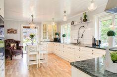 Exklusivt kök från Ballingslöv med stor köksö och bänkskivor i granit. KÖKSLUCKA: Meny vit   Ballingslöv
