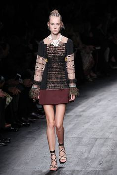 Valentino aposta em africano tribal para o verão 2016 - Vogue | Desfiles