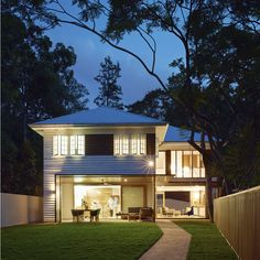 This 'post post-war' renovation is everything it should be – stylish and modern, with a classic touch that harkens back to its history and spirit. Weatherboard House, Queenslander, Brisbane Architecture, Raised House, Paint Colors For Home, Paint Colours, Australian Homes, House Extensions, Facade House