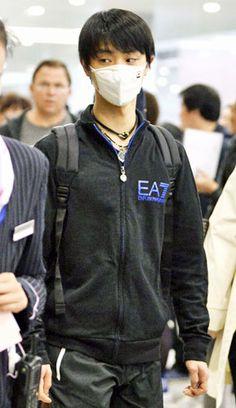 フィギュアスケート世界選手権出場のため、上海に到着した羽生(共同)