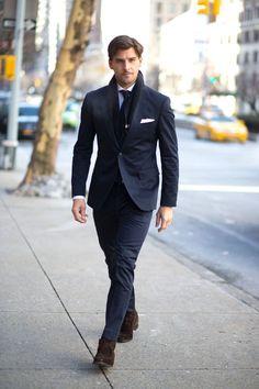 濃紺スーツ×ブラウンチャッカブーツ