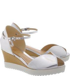 08096c331a A sandália anabela de salto médio tem a sola branca tratorada compondo o  modelo e garantindo