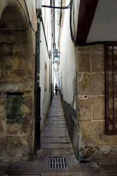 ¿Sabías que...? Una de las calles más estrechas de Europa se encuentra en el casco antiguo de Santiago, entre la Rúa do Vilar y Rúa Nova. El callejón es tan estrecho que apenas pueden cruzarse dos personas que caminen en sentido contrario! Se llama Entrerrúas. Como peculiaridad, si alguna vez pasais por ella fijaros en el detalle de las piedras que la componen, están numeradas. Aún siendo tan estrecha tiene su alcantarillado, farolas, viviendas y hasta dos restaurantes! Spain History, Little River, The Camino, Pilgrimage, Terra, Paths, Spanish, Places To Visit, Images