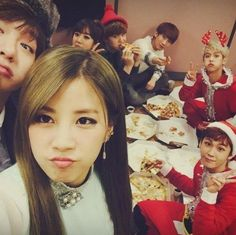 Apink and BTOB share pizza at the backstage of KBS Music Bank