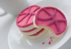 A discovery of design sweetness: dribbble cookies - a shortbread recipe with cookie icing. Shortbread Recipes, Shortbread Cookies, Cookies Et Biscuits, Delicious Cookie Recipes, Snack Recipes, Yummy Food, Fun Food, Pink Cookies, Yummy Cookies