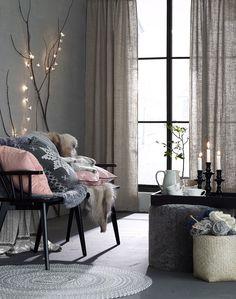 piilolenkkiverhot,verhot,tyynyt,tyynynpäällinen,koristetyynyt,pinnasohva,sohva,sohvatyynyt,kynttilät,kynttilänjalka,valoköynnös,matto,matot,rahi,talja,porontalja,torkkupeitto,peitot,taljat,olohuone