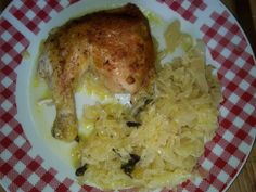 Zvířátkový den - pečené kuřecí stehno + dušené kysané zelí s trochou slaniny a cibule dělená strava