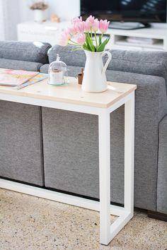 Natural wood and white Nordic Table by facilysencillo. Sofa Table Decor, Sofa Tables, Table Behind Couch, Mesa Sofa, Diy Furniture, Furniture Design, Small Apartment Interior, Diy Home Decor, Room Decor