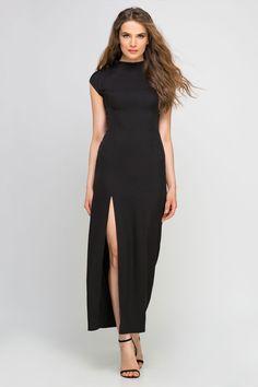 Cette robe longue fendue s'inspire du qipao. Une robe chinoise, dont elle reprend avec classe la coupe ajustée et cintrée et le col cheminée.