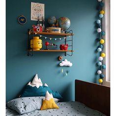 """Dans la chambre d'Ugo, ses nouveaux coussins """"montagnes enneigées"""" @sloppopnl ! Il les adoooore et moi je suis littéralement tombé en amour pour l'univers créatif et coloré de Liesbeth, leur designer mais aussi de son intérieur! #bigcrush #decouverte #sloppopnl #rockymountain Je vous souhaite un très bon weekend! #home #kids #bedroom #farrowandball #Vardo #lacerisesurlegateau #odettelingedelit #mountainpillows"""
