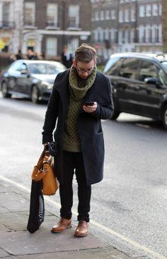Черное зимнее мужское пальто под свитер