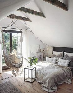 Idées chambre à coucher design en 54 images sur Archzine.fr Schlafzimmer im Dachgeschoss, heller Holzboden, Schaukelstuhl, großes Fenster zum Balkon de chambre Apartment Bedroom Decor, Attic Apartment, Bedroom Loft, Bedroom Inspo, Living Room Decor, Bedroom Rustic, Bedroom Chair, Warm Bedroom, Bedroom Wall