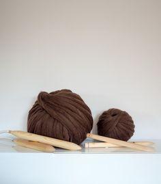 Ovillo marrón de lana merino 100%