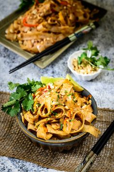 Wok tailandés de noodles de arroz con verduras y salsa de ajo y pimienta en HazteVegetariano.com