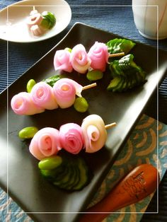 Cookpad - Make everyday cooking fun! Try these skewered roses made of thinly sliced kamaboko on toothpicks. Pack them in your bento. Cute Food, Good Food, Yummy Food, Deco Fruit, Food Carving, Bento Recipes, Food Garnishes, Food Decoration, Food Humor