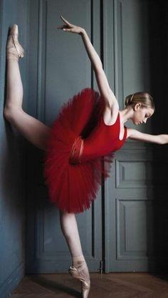 Breathtaking Portraits Reveal The Haunting Beauty Of Russian Ballet Dancers By Irina Yakovleva Ballet Poses, Ballet Dancers, Dance Poses, Vaganova Ballet Academy, Dance Photography Poses, Dance Paintings, Pretty Ballerinas, Russian Ballet, Dance Art