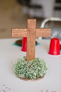 No baby breath, with other garland. Boy Baptism Centerpieces, Baptism Party Decorations, Communion Centerpieces, Baptism Favors, Shower Centerpieces, Balloon Decorations, Easter Centerpiece, Baptism Ideas, Decoration Communion