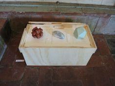 Marjolein de Wit; drie, eigenlijk vier keramische objecten, op de speciaal gemaakte transportkist.