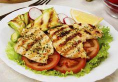Veja 8 alimentos que devem ser consumidos após os 40 anos. Frango: grande fonte de proteína, o frango é ótimo na tarefa de manter o peso ideal e construir músculos saudáveis. A melhor opção é a região do peito que, sem a pele, tem apenas 2% de gorduras Foto: Getty Images