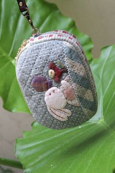曦悦_新浪博客 Small Quilts, Mini Quilts, Crafts To Sell, Fun Crafts, Coin Bag, Patchwork Designs, Quilted Bag, Beautiful Bags, Small Bags