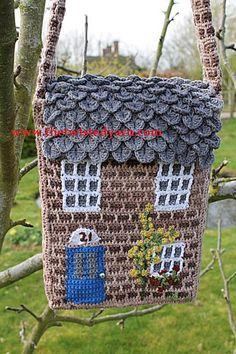 This messenger-style shoulder bag is worked in the form of a pretty country cott… - Herzlich willkommen Diy Crochet Bag, Crochet Purses, Crochet Home, Crochet Baskets, Crocodile Stitch, Crochet Leaves, Diy Handbag, Kids Bags, Brick Stitch