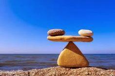 Reflexión sobre el equilibrio y la armonía: La raíz de no tener equilibrio y armonía en tu vida es no integrar a tu vida todo aquello que consideras negativo. Porque entonces estás dividido, eres uno cuando todo está bien y eres otro cuando todo va mal. Sufres porque vives excluyendo una cosa de otra. Te aferras a todo lo positivo y huyes de todo lo negativo. Y el verdadero crecimiento está en la integración...