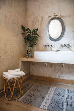 ¿Quieres un baño moderno y cálido a la vez? Mira estos cuartos de baño de estilo rústico y ¡muy actual!elledecoresp Beach House Bathroom, Attic Bathroom, Dream Bathrooms, Bathroom Interior, Lorena Canals Rugs, Tapis Design, Bathroom Inspiration, Rustic Style, Interior Design