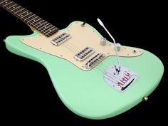 J. Leachim Guitarsin Jazzcaster-kitara yhdistää onnistuneesti Jazzmasterin ergonomiaa ja soitettavuutta Gretsch-maiseen soundiin. Sulavasti toimivan vibran ansiosta J. Leachim -kitaran soinnissa on...