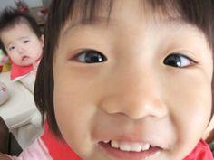 お姉ちゃんと妹の写真を撮ろうと思ったら、写真に写るのが大好きなお姉ちゃんが近付いてきてどアップに…  そのお姉ちゃんを見つめる妹の顔が「わたしも写りたい…」と訴えているようで癒されます。(ニックネーム:いはさん)