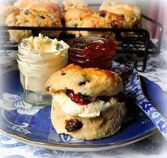 No English Tea Party would be complete without a tray of beautiful Scones. English Scones, British Scones, English Biscuits, Tea Biscuits, English Breakfast Tea, Buttermilk Biscuits, Vanilla Bean Scones, Fruit Scones, English Desserts